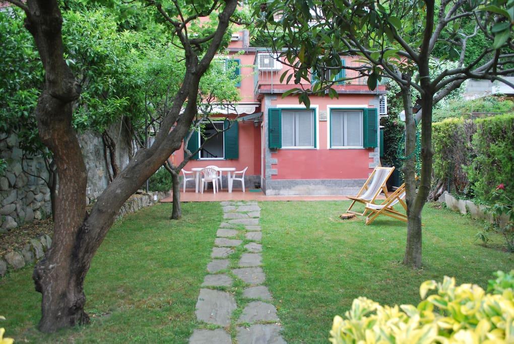 Casa rosa con giardino a 50 metri dal mare case in affitto a moneglia liguria italia - Affitto casa con giardino ...