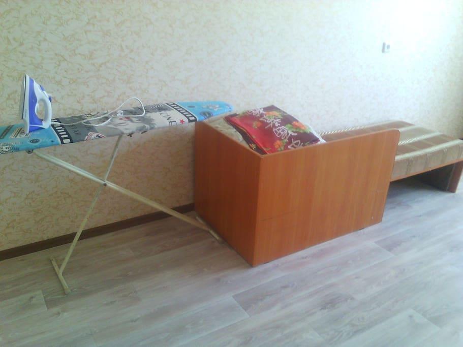 кровать в комнате с тв