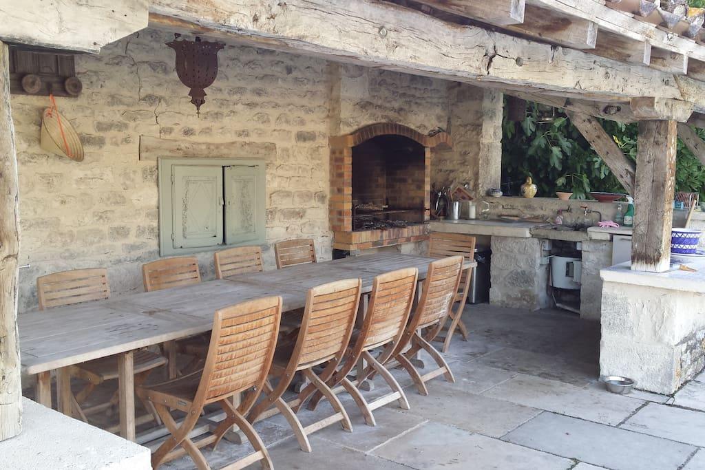 Le pool house équipé d'un barbecue, frigidaire et évier