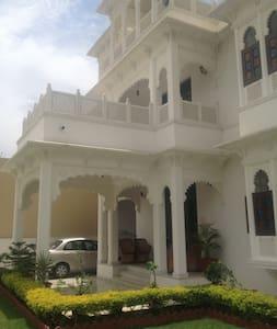 Royal Heritage Villa Udaipur (ENTIRE VILLA) - Aamiaismajoitus