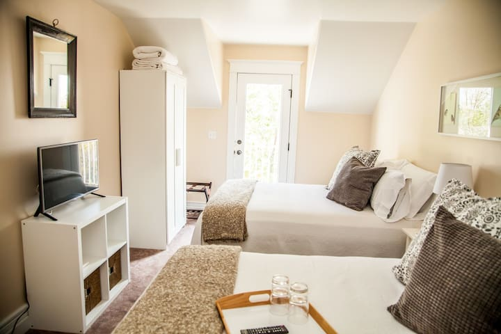 2 Queen Beds+Private Bath & Balcony + breakfast #5