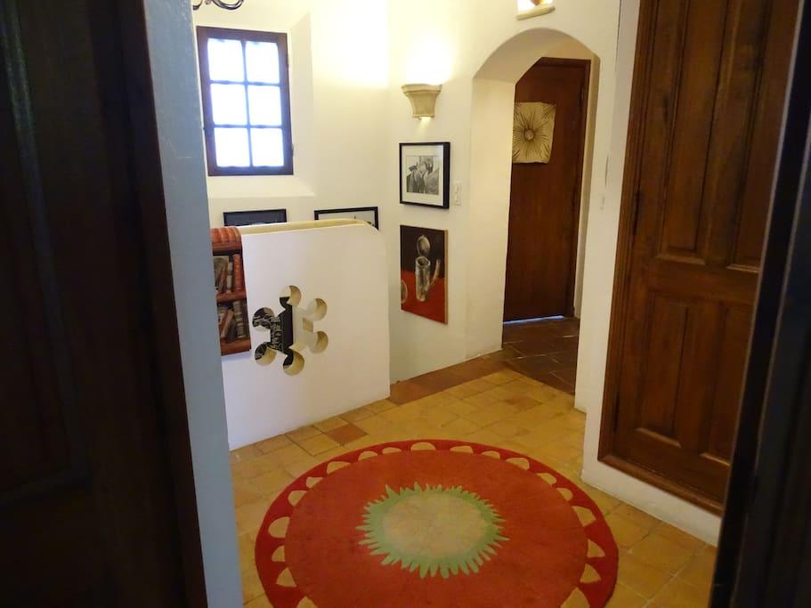 L'entrée de la maison donne accès au salon, à la cuisine américaine et la salle à manger, et par l'escalier à une suite junior.