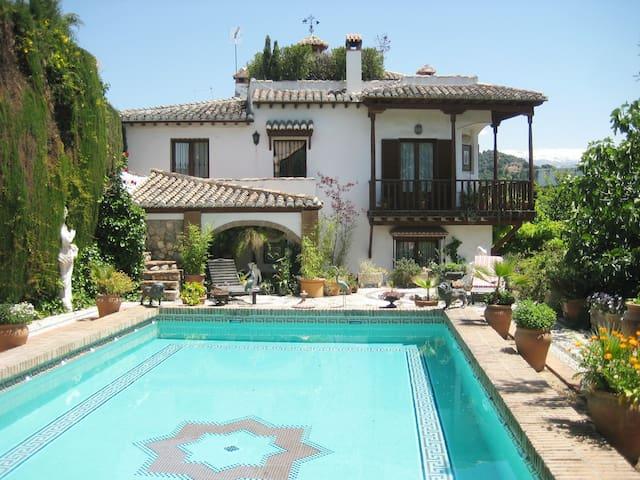 Carmen con gran piscina y vistas