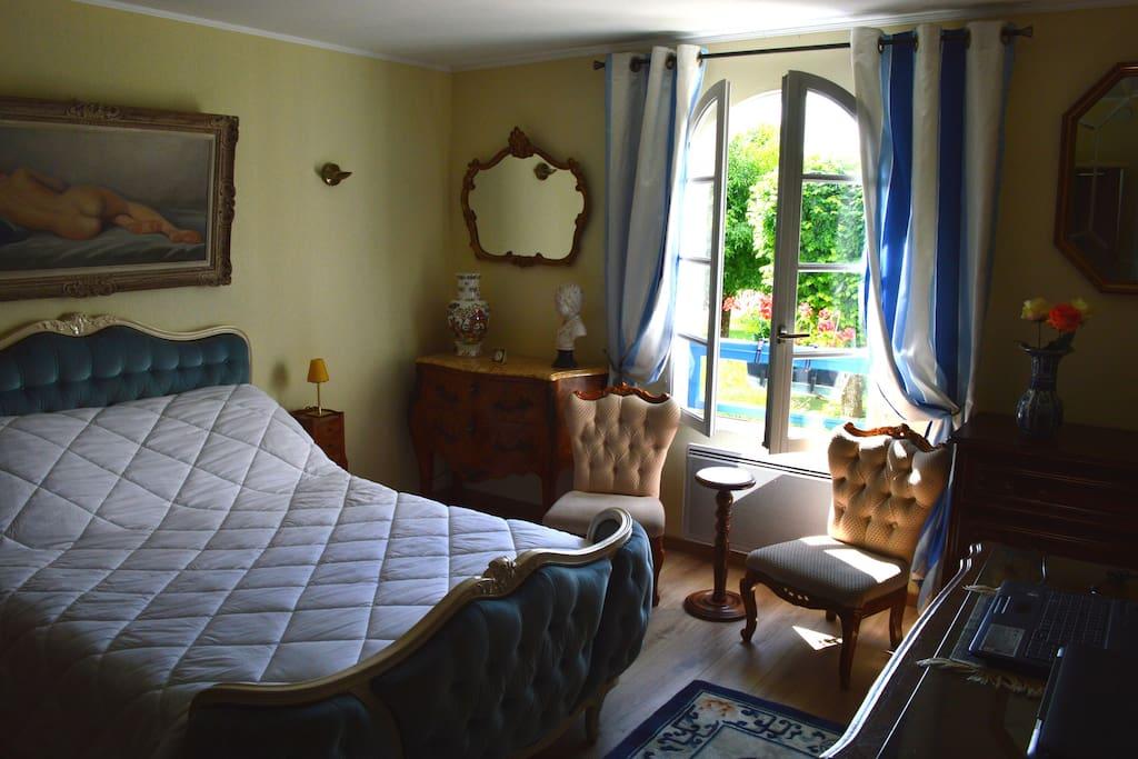 chambre avec bureau pour PC portable (lit 140)