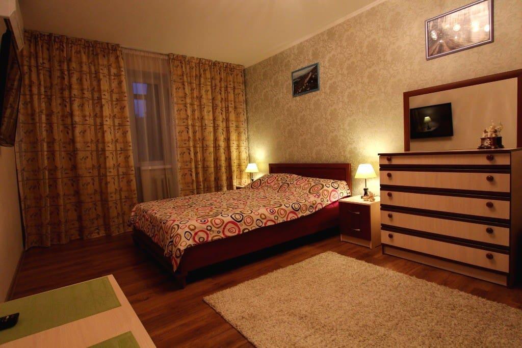Комната с двуспальной кроватью, плазменным телевизором, комодом