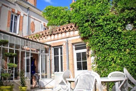chambre avec terrasse, centre ville - Romorantin-Lanthenay - 家庭式旅館