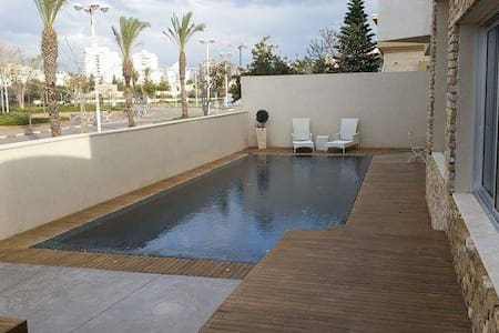 Beautiful Villa + pool front of the - Ashdod