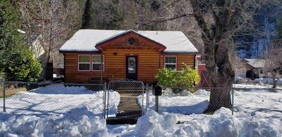 Modern Dunsmuir Cabin Near Mt. Shasta