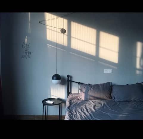 三只民宿日式三米高灰色特色大床房