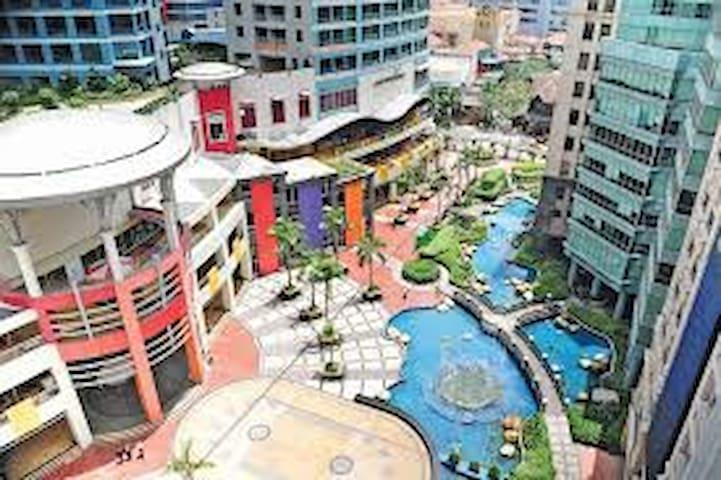 Spectacular views, spacious Eastwood Condo! - Ciudad Quezón - Apto. en complejo residencial