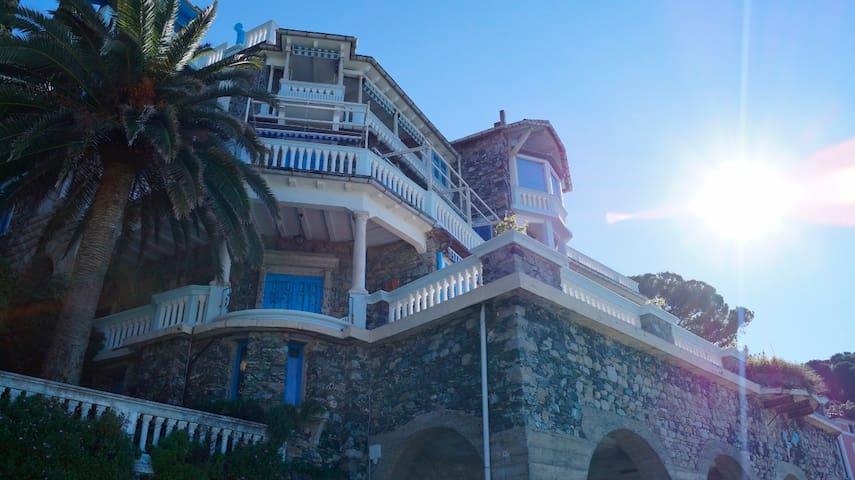 Villa  art  deco'  fronte  mare