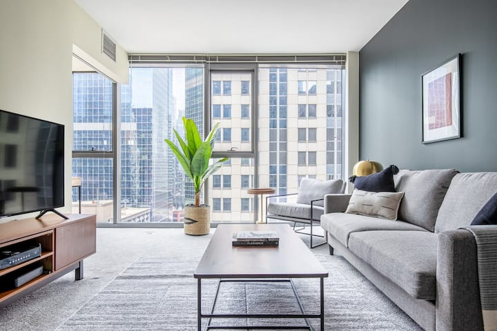 Sleek Loop 1BR w/ Gym, Pool, near Chicago Riverwalk, by Blueground