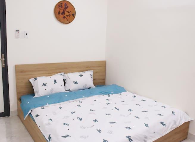 Phòng ngủ 1 với giường king size 1m8x2m và tranh vẽ nghệ thuật