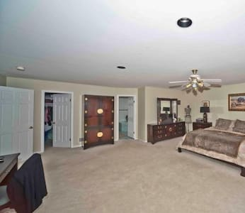 Clean, comfortable, & Luxurious. Great Location! - Manalapan Township - Huis