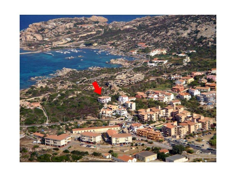 Panoramica aerea con la villa contrassegnata dalla freccia