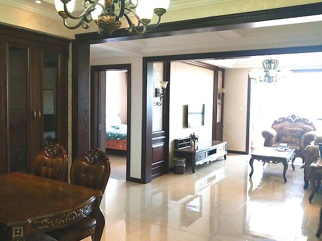 客厅宽敞明亮