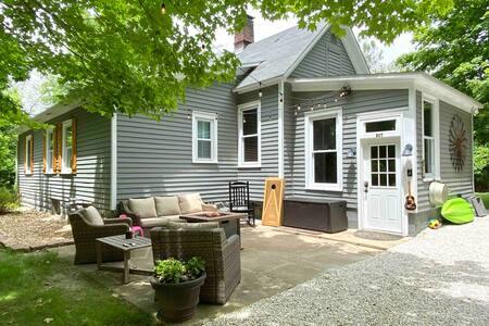 Grafton Getaway- Farmhouse on 2 wooded acres