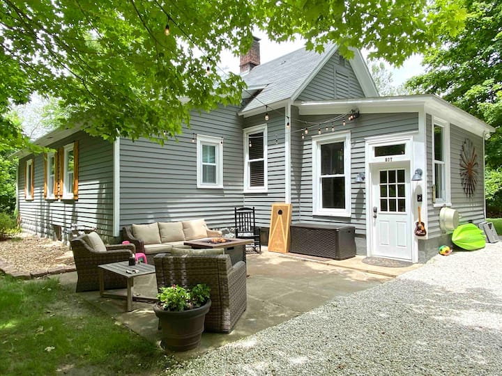 Grafton Getaway- Farmhouse on 2 wooded acres