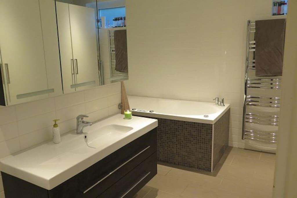 Bad med dusj og boblebad, vaskemaskin/tørketrommel