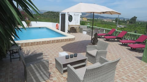 Private rooms, swimming pool and garden