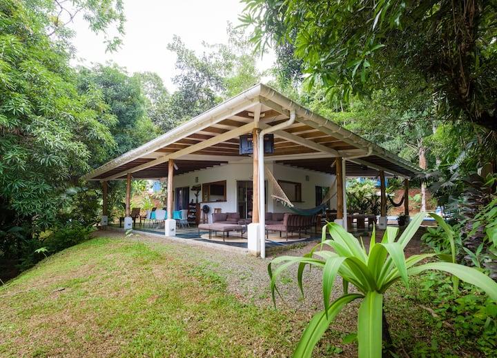 Casa Cedro rodeada de Bosque tropical.