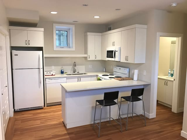 New & Comfortable Two Bedroom Suite - Saskatoon - Dom