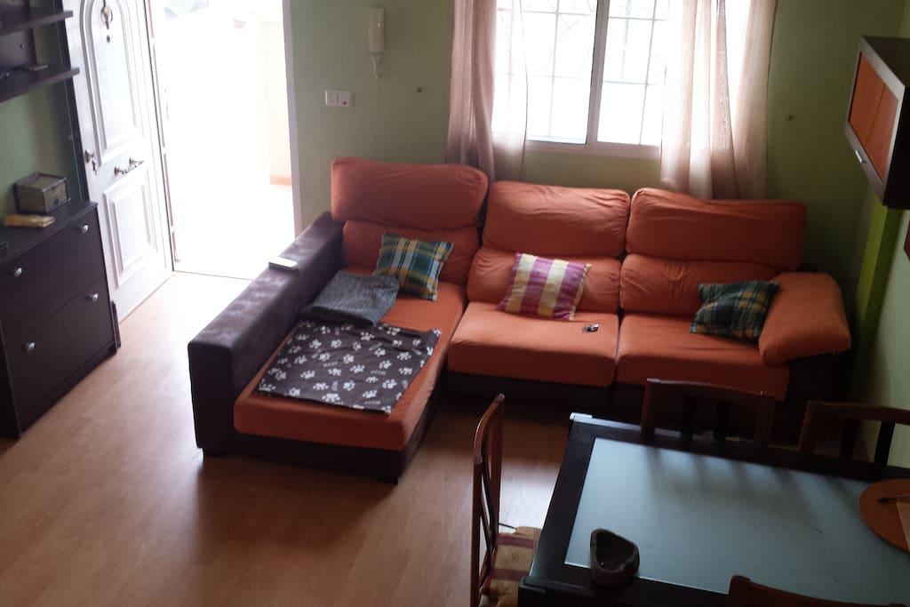 salon con tarima, aire acondicionado y chaiselonge