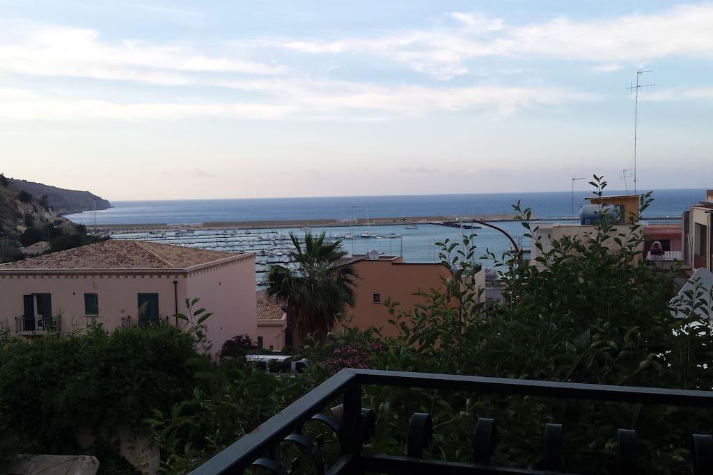 Vista panoramica dal terrazzo sulla cala marina e porto turistico