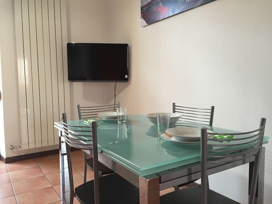 Tavolo da pranzo e Tv
