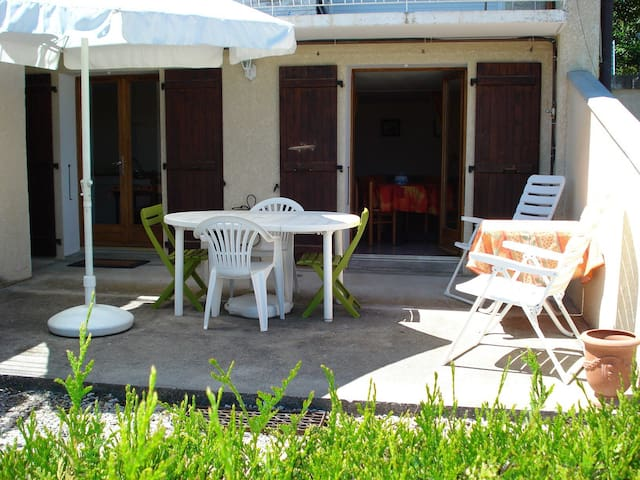 magnifique 2 pièces avec terrasse. A 10min Annecy - Poisy - Apartamento