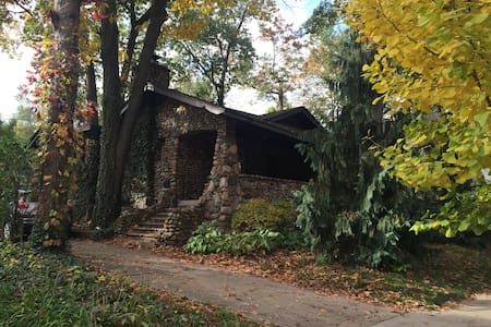 Cozy Stone House close to Detroit - Pis
