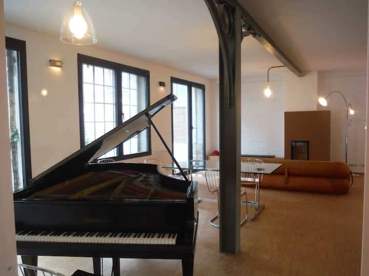 Art, piano in a quiet loft/ centre!