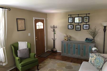 Charming Family-Friendly Home, Close to Metro! - Falls Church - Maison
