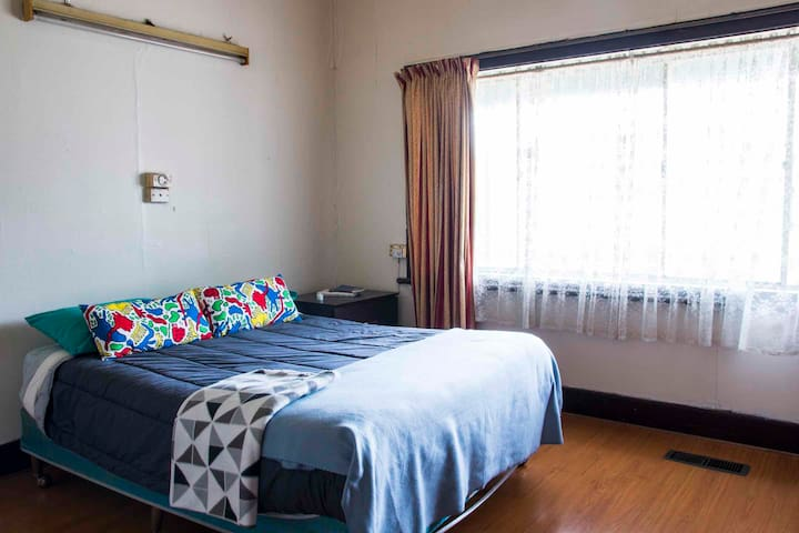 Bedroom for 2, 3min walk to trains