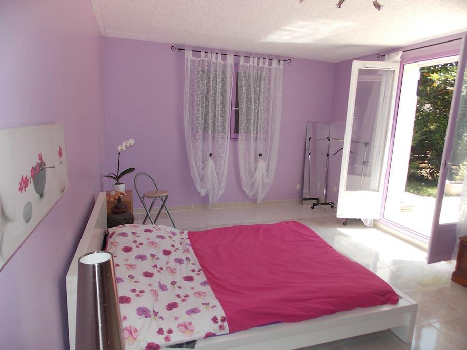 chambre avec salle de bain priv e et acc s piscine chambres d 39 h tes louer coudoux. Black Bedroom Furniture Sets. Home Design Ideas