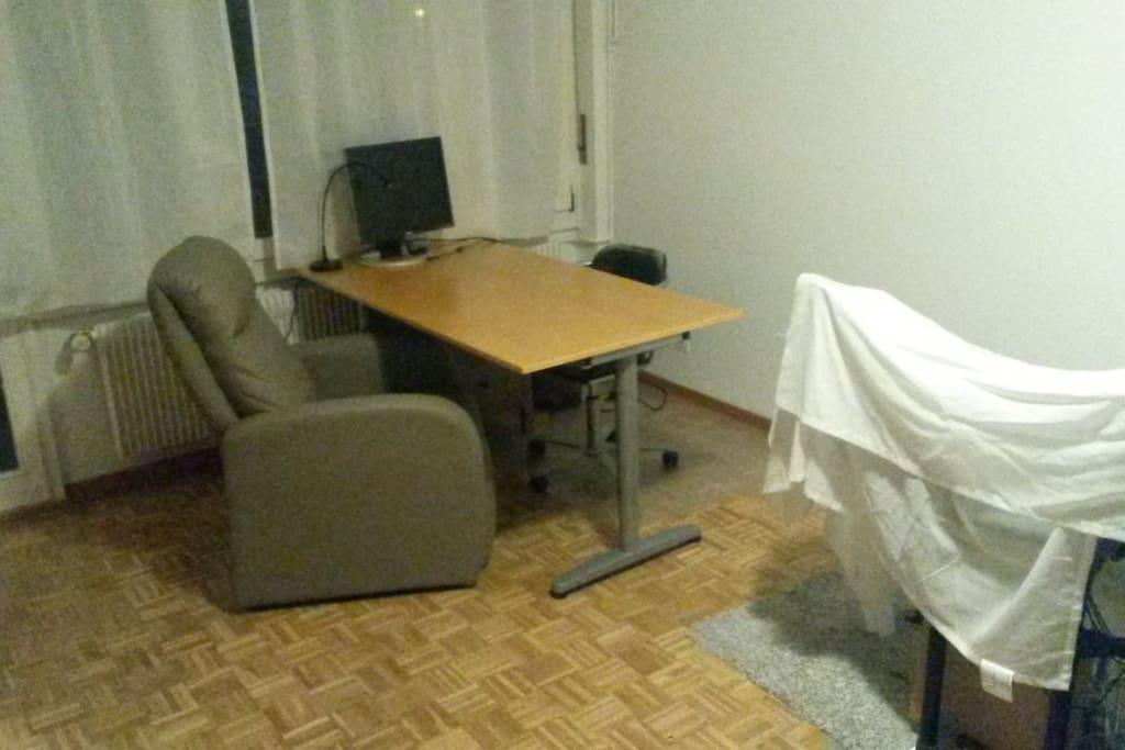 Sessel und grosser Schreibtisch. Externer Bildschirm kann verwendet werden (VGA-Anschluss)