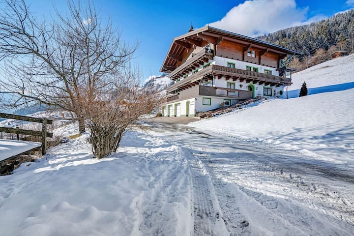 Acogedora casa con terraza en Bramberg am Wildkogel