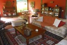 Lindo salão com detalhes de requinte; a casa está totalmente equipada com utensilhos de primeira.