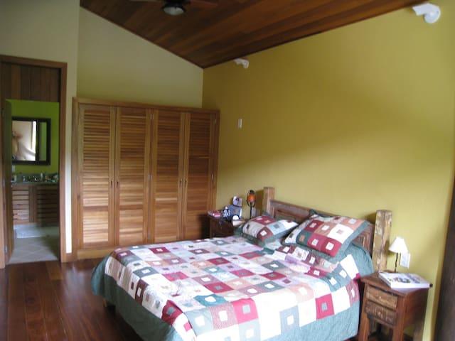 Suite Master 1, com cama King Size. Ao todo são 6 suites, sendo 3 de casal, 2 com beliches para a garotada e 1 versátil com 3 camas.