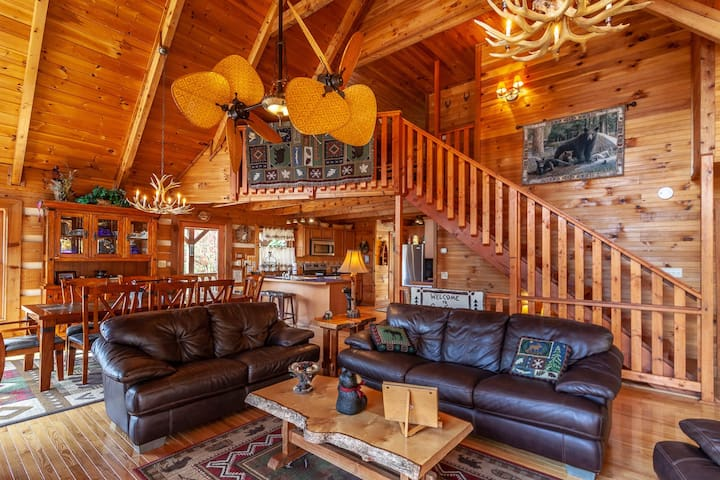 3BR Cozy Mountain Cabin, Views, Pet Friendly, Pool Table, Hot Tub, & Firepit!
