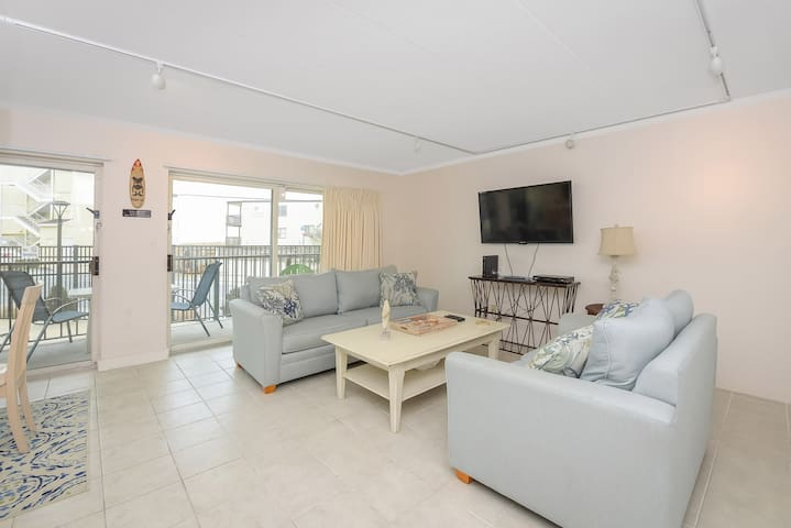 Lovely 2 Bedroom with amazing ocean views and outdoor pool