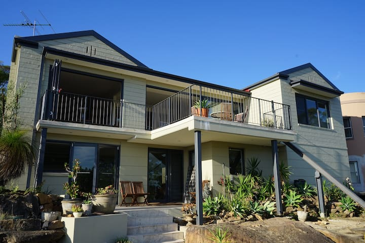 CASTLECRAG HOUSE 6Night Min. Available 12-23 April