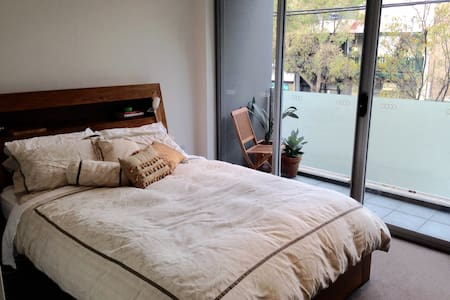 Large bright inner city apartment - St Peters