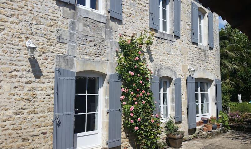 Belle maison de charme piscine confort calme jeux - Thairé - House