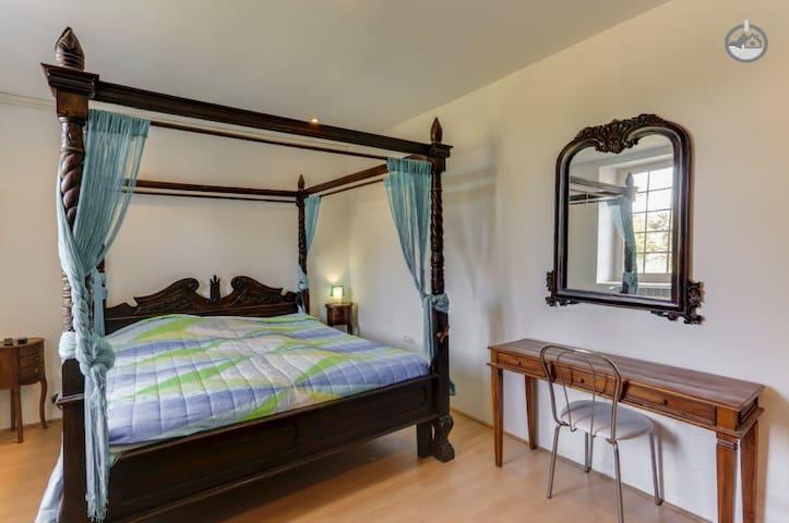 Bedroom with private bathroom near Geneva