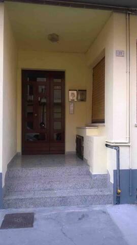 Ingresso principale del condominio dove si trova l'appartamento.