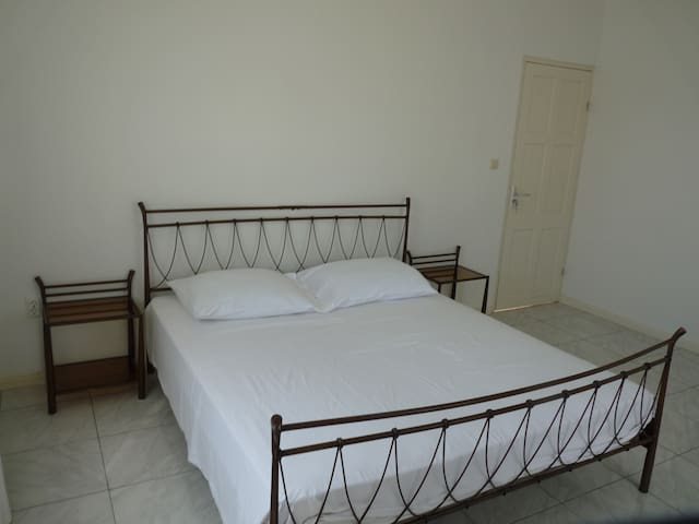 Appartement A, slaapkamer 1 met airco,  2-persoonsbed en nachtkastjes