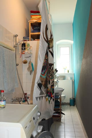 Unser kleines, aber feines Bad. / Our small but cute bathroom.