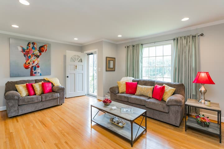 WOODBERRY COMMONS - minutes to it all - sleeps 10