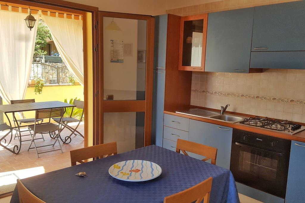 Cucina: l'angolo cottura è completo di fuochi, forno, frigo capiente e refrigeratore. Tutte le stoviglie sono in dotazione.